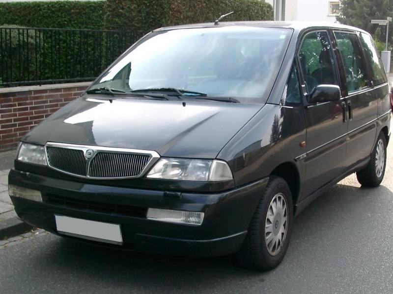 Черный минивэн  Lancia Zeta