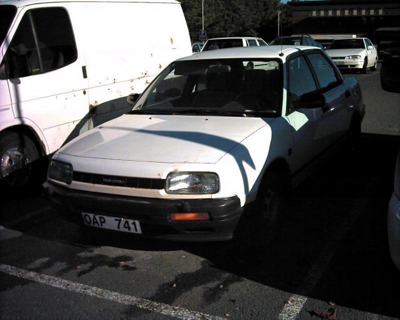 Белый седан Daihatsu Applause 1990