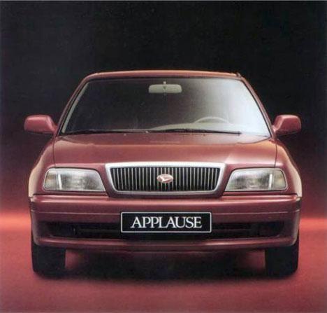 Красный седан Daihatsu Applause, вид спереди