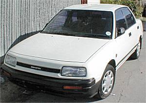 Белый седан Daihatsu Applause