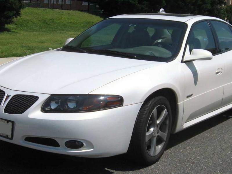 Белый динамичный седан Pontiac Bonneville