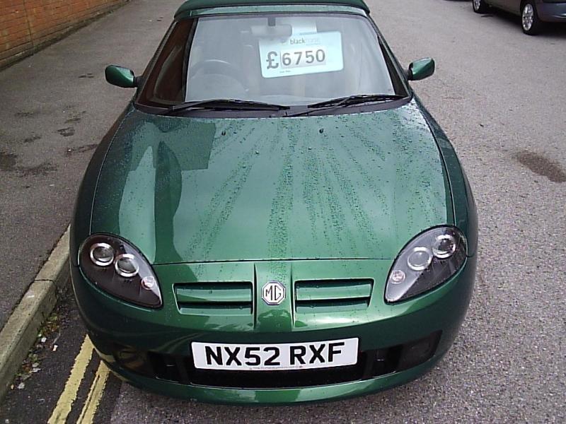 Зеленый кабриолет MG TF, вид спереди