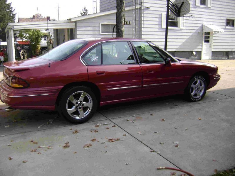 Вишневый седан Pontiac Bonneville, вид сбоку