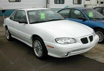 Белый купе Pontiac Grand Am