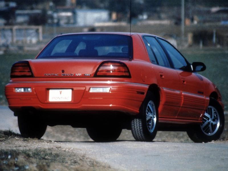 Красный седан Pontiac Grand Am, вид сзади