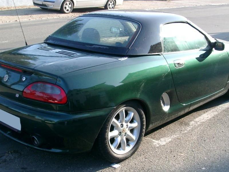 Зеленый кабриолет MG MGF