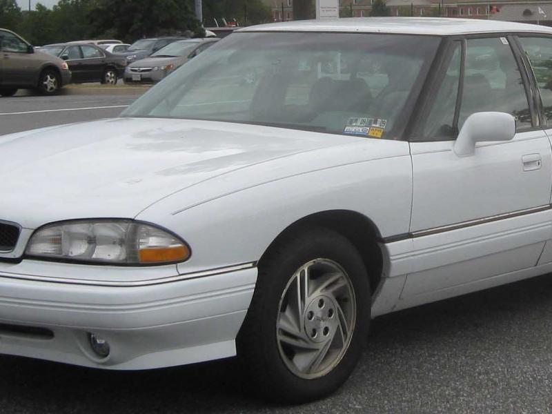 Белый седан Pontiac Bonneville