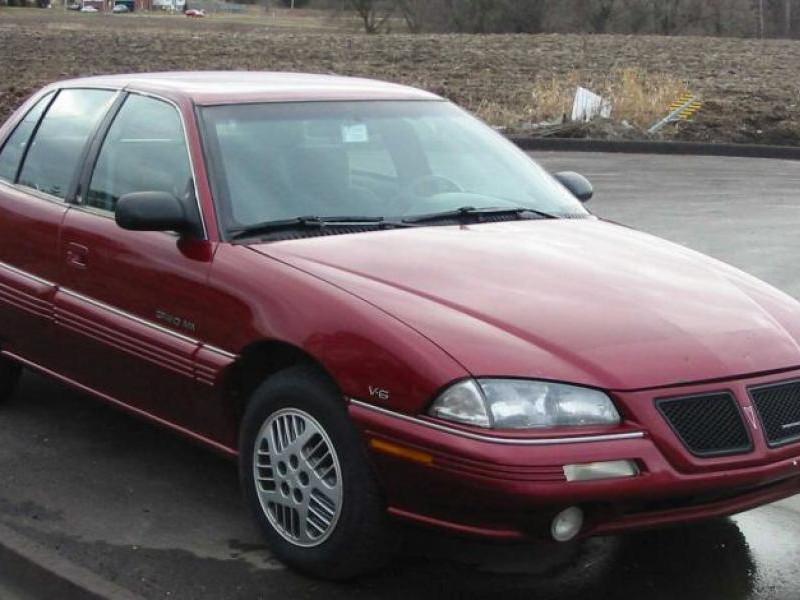 Вишневый седан Pontiac Grand Am