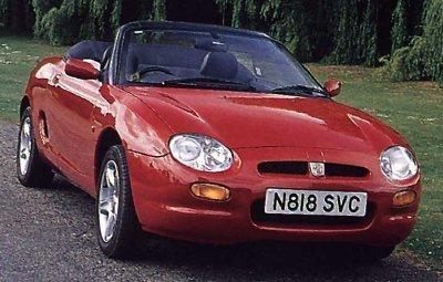 Красный кабриолет MG MGF, вид спереди