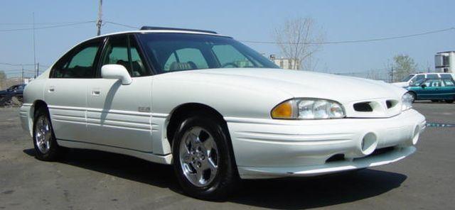 Белый просторный седан Pontiac Bonneville