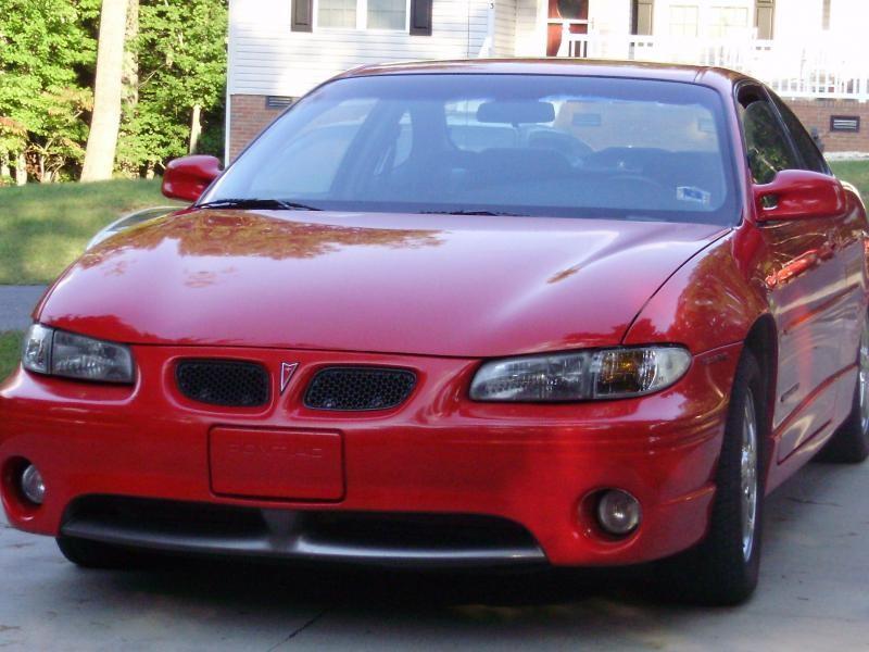 Красный купе Pontiac Grand Prix, вид спереди