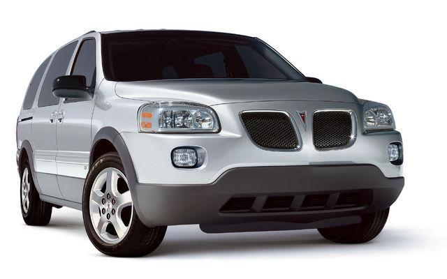 Серебристый минивэн Pontiac Montana вид спереди