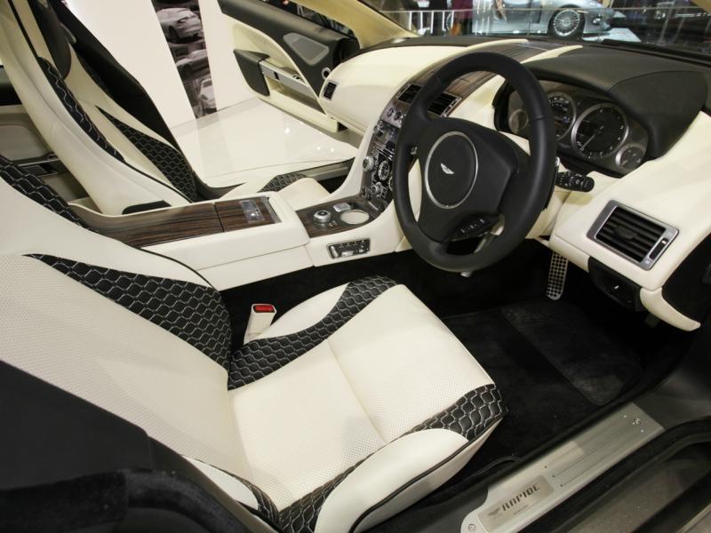 Белый салон, руль, консоль Aston Martin Rapide Jet 2+2 2013