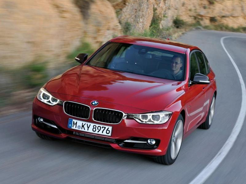 Красный седан BMW M3 (F30) 2013 на трассе, вид спереди