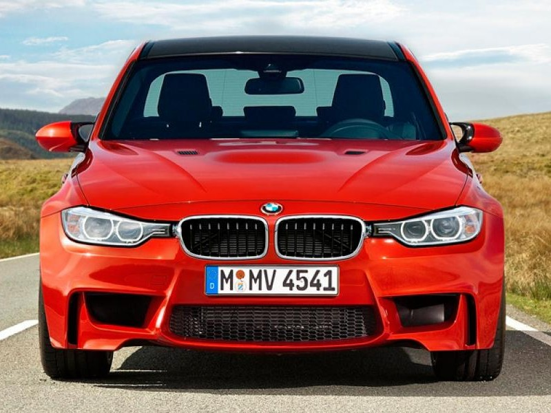 Красный седан BMW M3 (F30), вид спереди