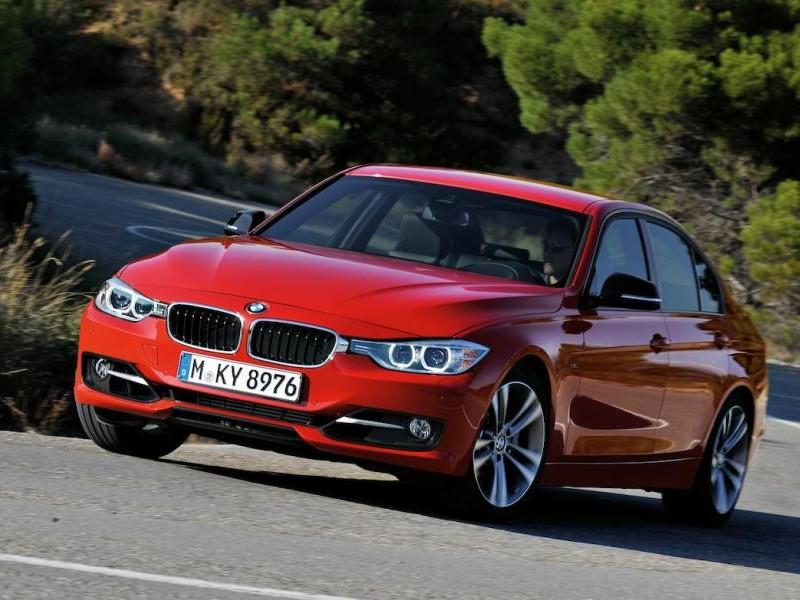 Красный седан BMW M3 (F30) 2013