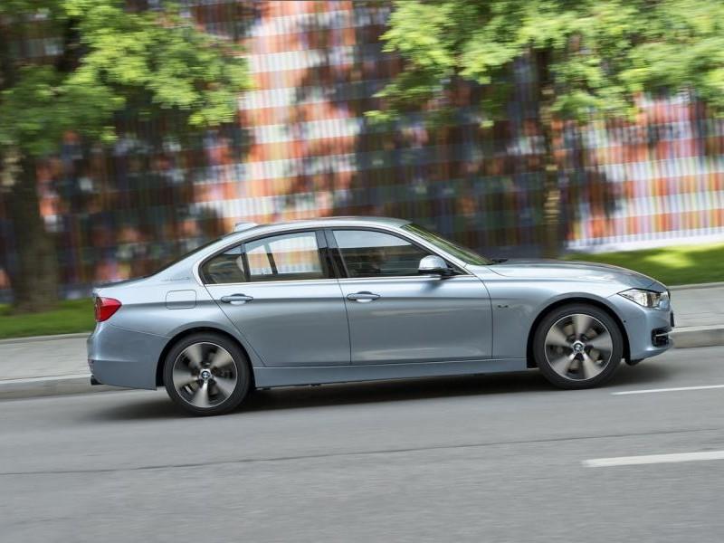 Серебристый седан BMW 3-Series ActiveHybrid 2013, вид сбоку, на трассе