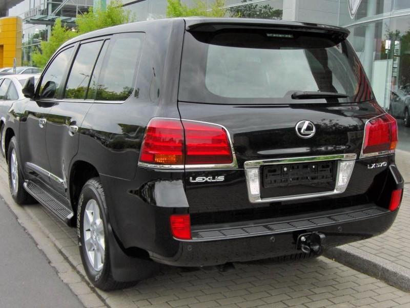 Черный Lexus 570 LX, вид сзади