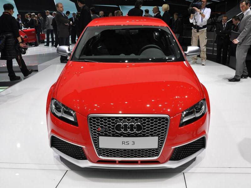 Красный хэтчбек Audi RS3 Sportback, вид спереди