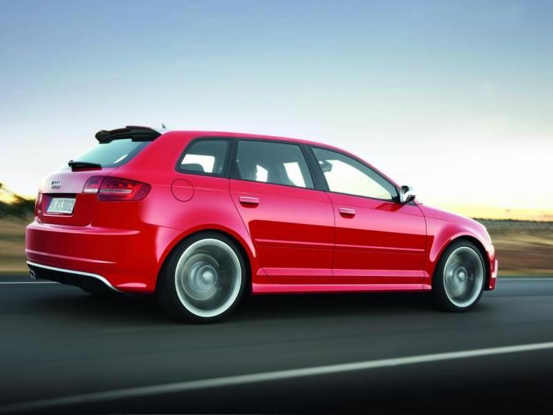 Красный Audi RS3 Sportback вид сбоку, на трассе