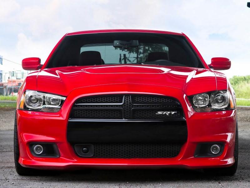 Красный седан Dodg Charger SRT8, вид спереди