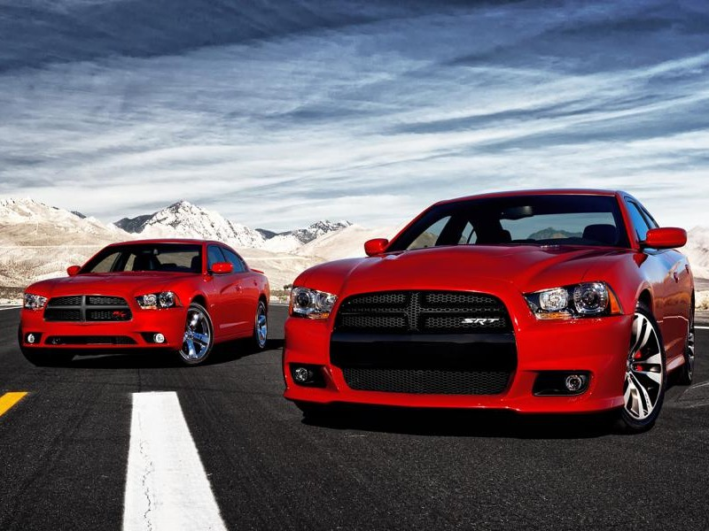 2 красный Dodge Charger SRT8, вид спереди