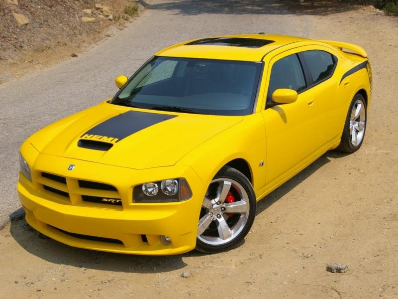 Желтый седан Dodge Charger SRT8