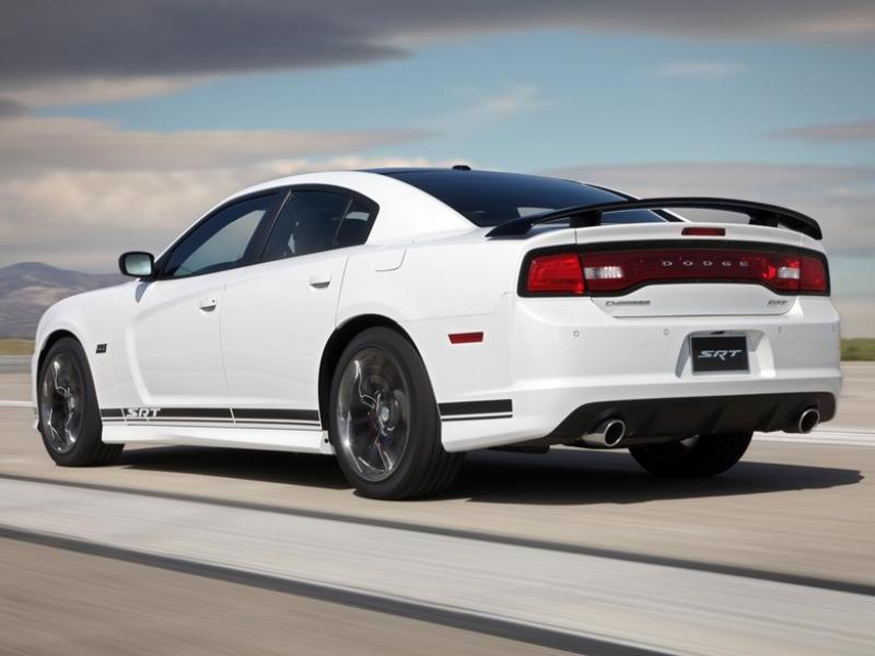 Белый седан Dodge Chargr SRT8