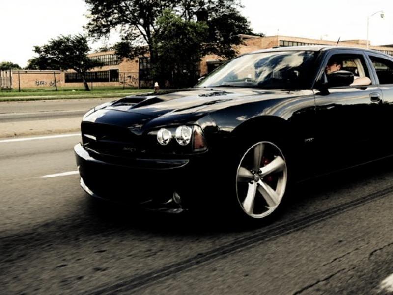Черный быстрый  Dodge Charger SRT8