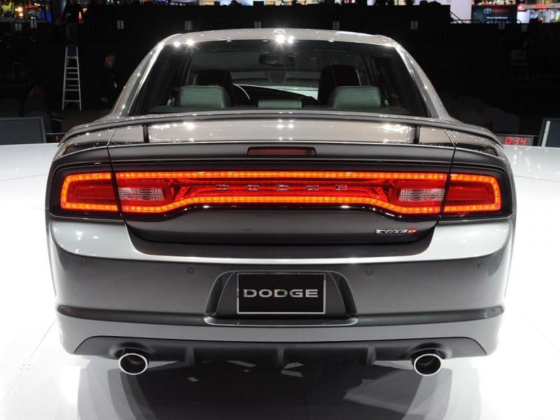 Серебристый Dodge Charger SRT8, вид сзади