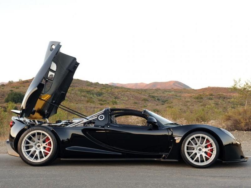 Черный суперкар Hennessey Venom GT Spyder, вид сбоку