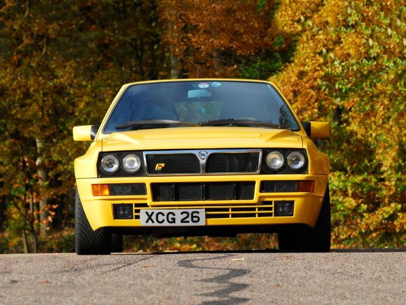 Желтый быстрый хэтчбек Lancia Delta HF Integrale Evoluzione