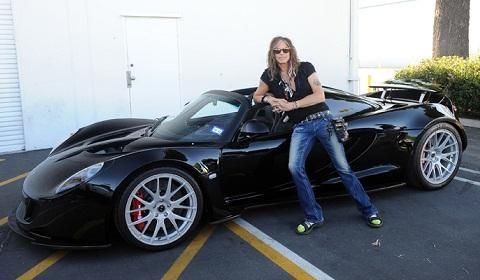 Стивен Тайлер и черный Hennessey Venom GT Spyder