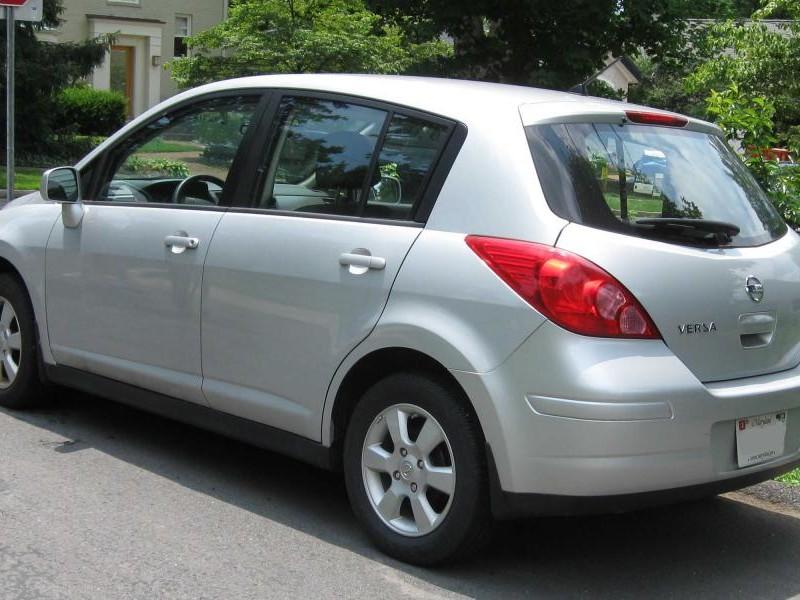Серебристый практичный хэтчбек Nissan Versa SL