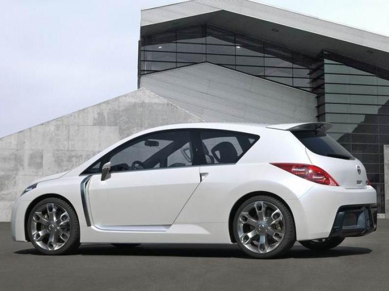 Белый хэтчбек Nissan Versa SL, вид сбоку