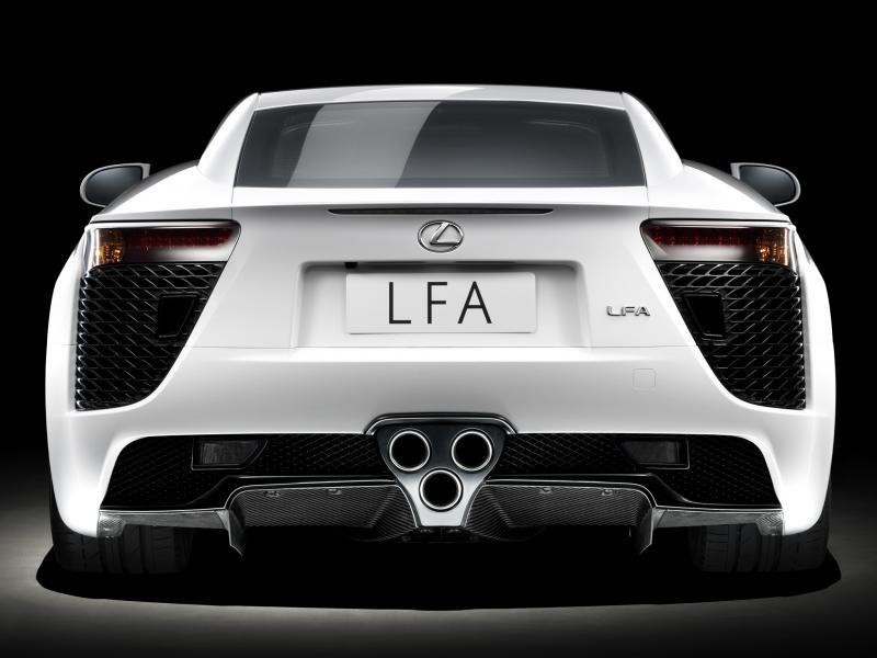 Белый Lexus LFA, вид сзади