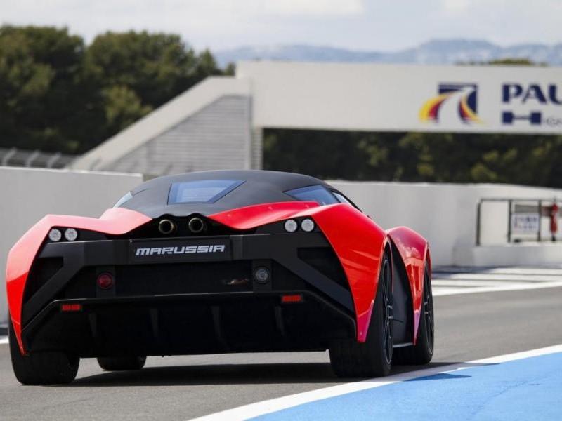 Красный купе Marussia B2 вид сзади