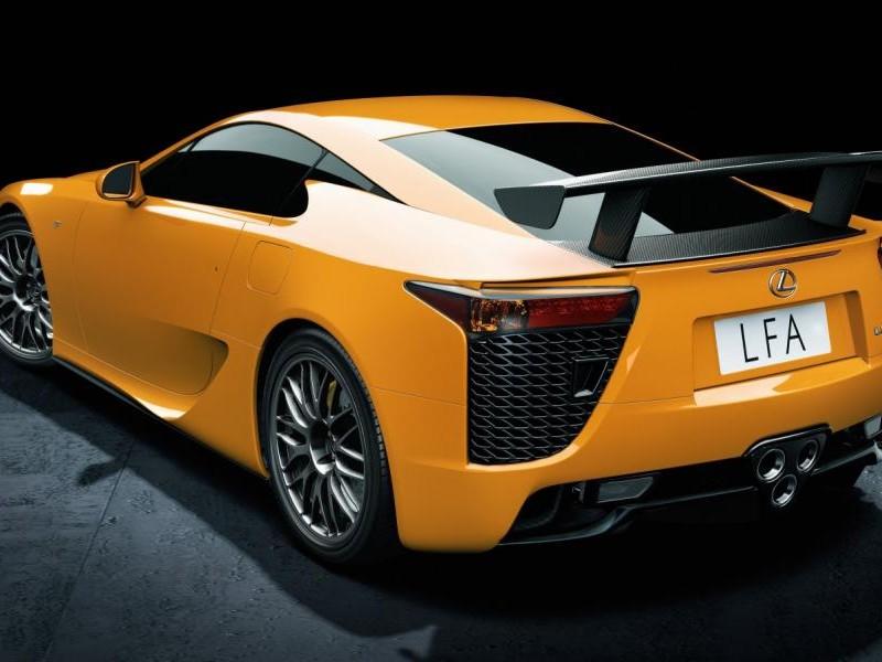 Желтый Lexus LFA