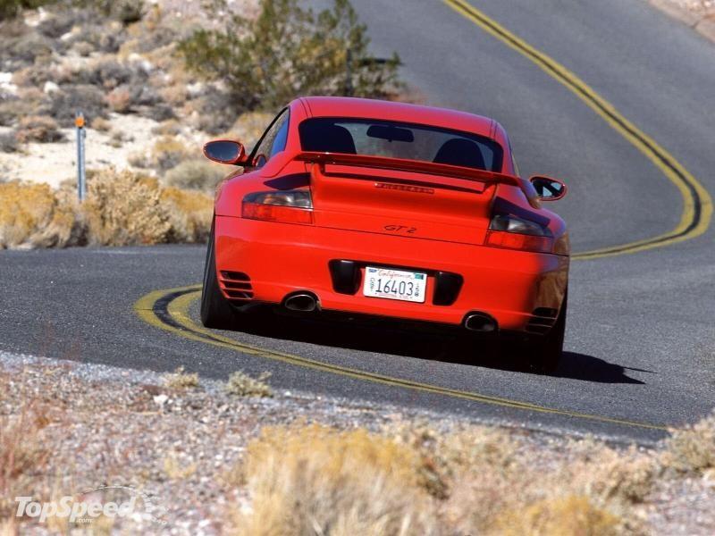 Красный Porsche 911 GT2 RS, вид сзади