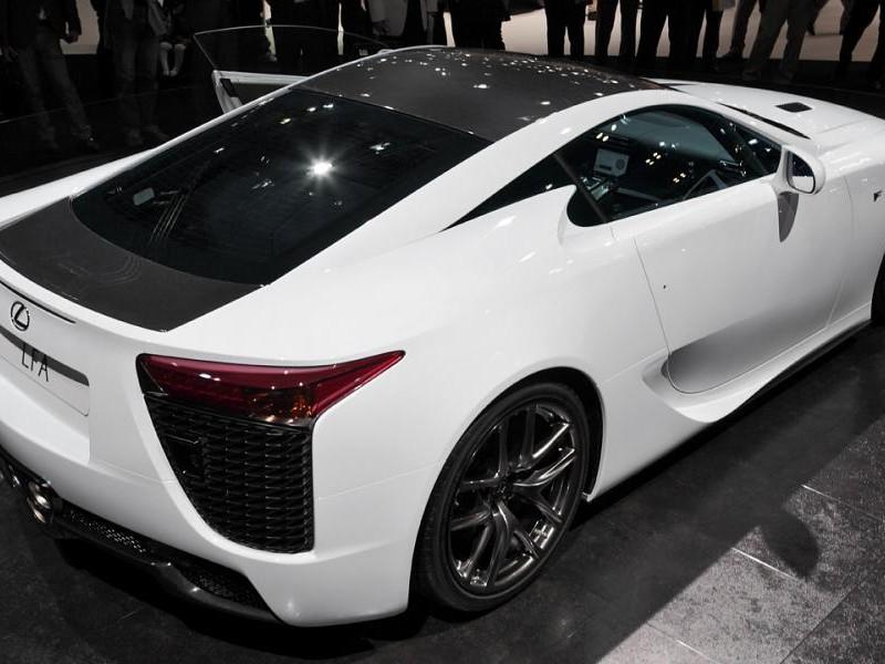Белый просторный купе Lexus LFA