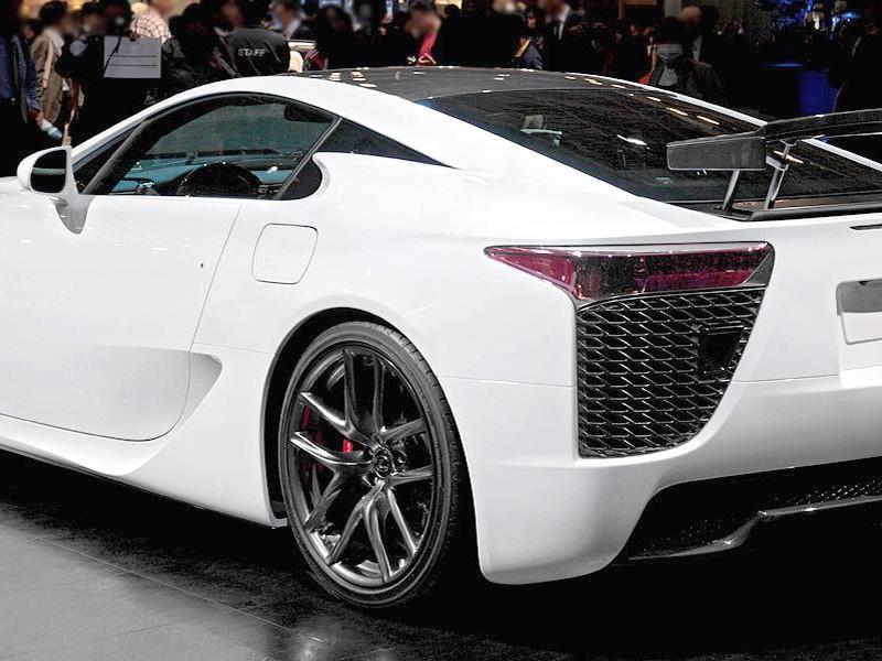 Белый комфортабельный купе Lexus LFA