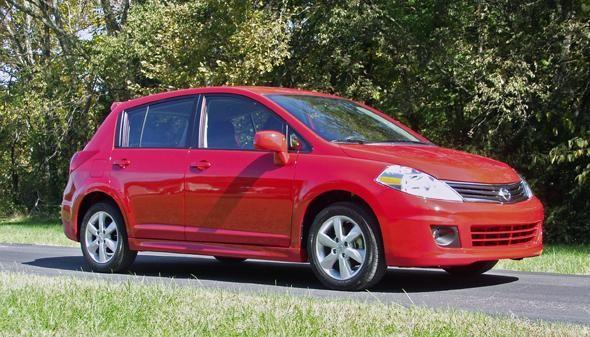 Красный хэтчбек Nissan Versa SL
