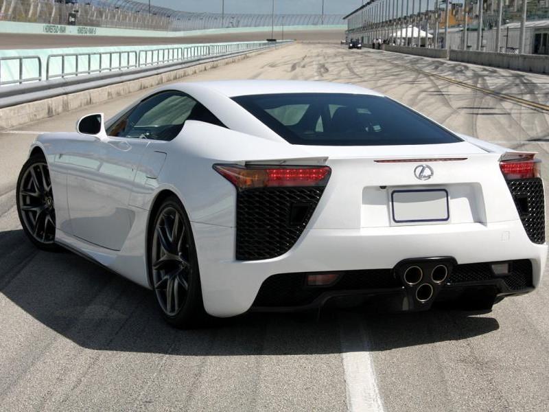 Белый купе Lexus LFA - вид сзади