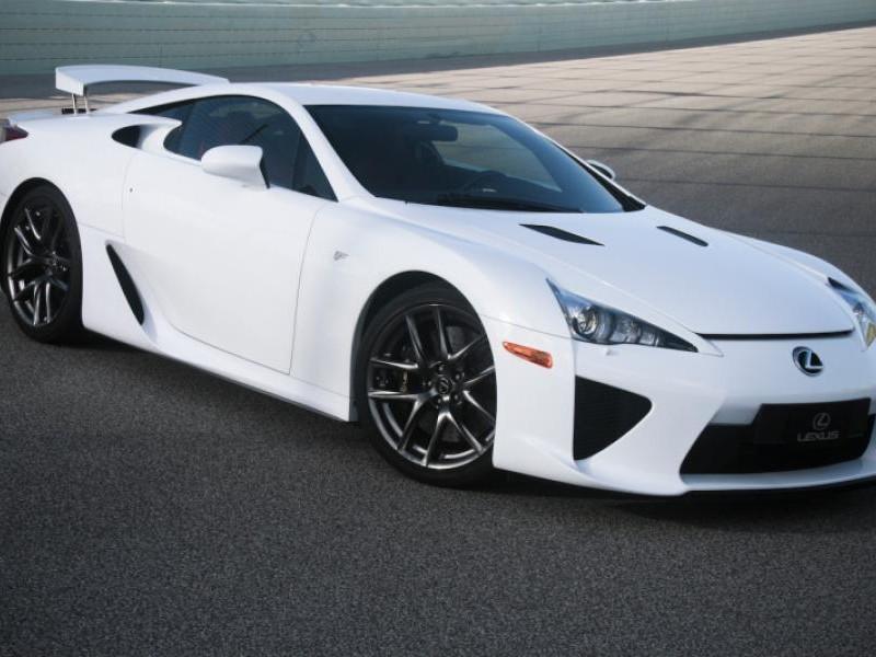 Белый роскошный купе Lexus LFA