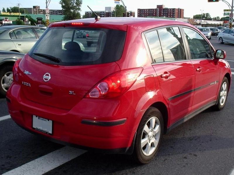Крансый хэтчбек Nissan Versa SL, вид сзади