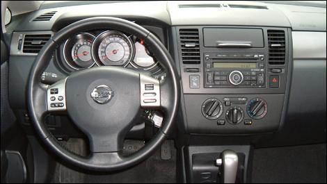 Руль, кпп, консоль Nissan Versa SL