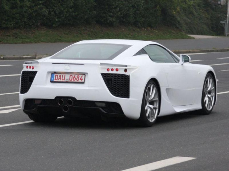 Белый купе Lexus LFA вид сзади