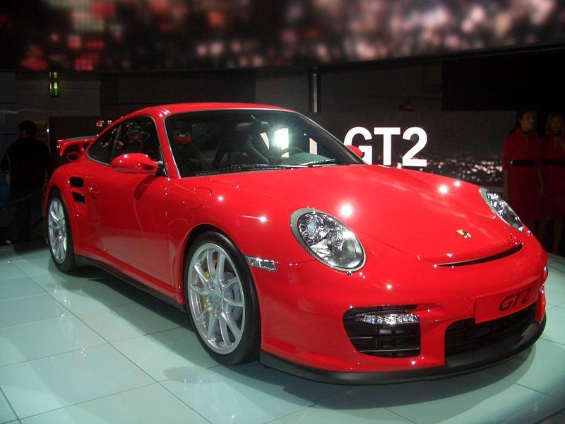 Красный роскошный Porsche 911 GT2 RS