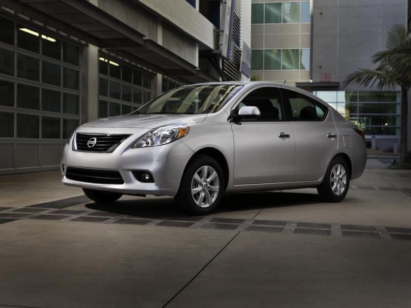 Серебристый комфортабельный седан Nissan Versa SL