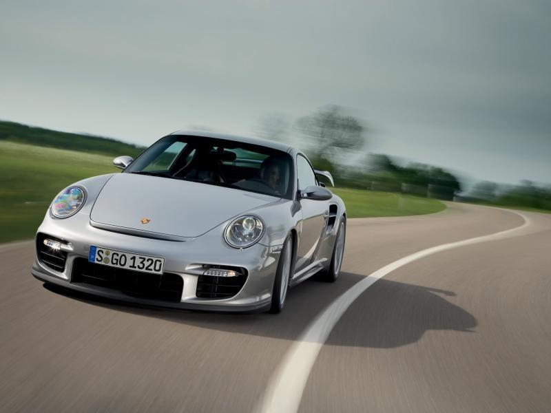 Серебристый Porsche 911 GT2 RS, вид спереди
